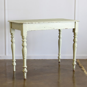 vintage turned leg table_angle